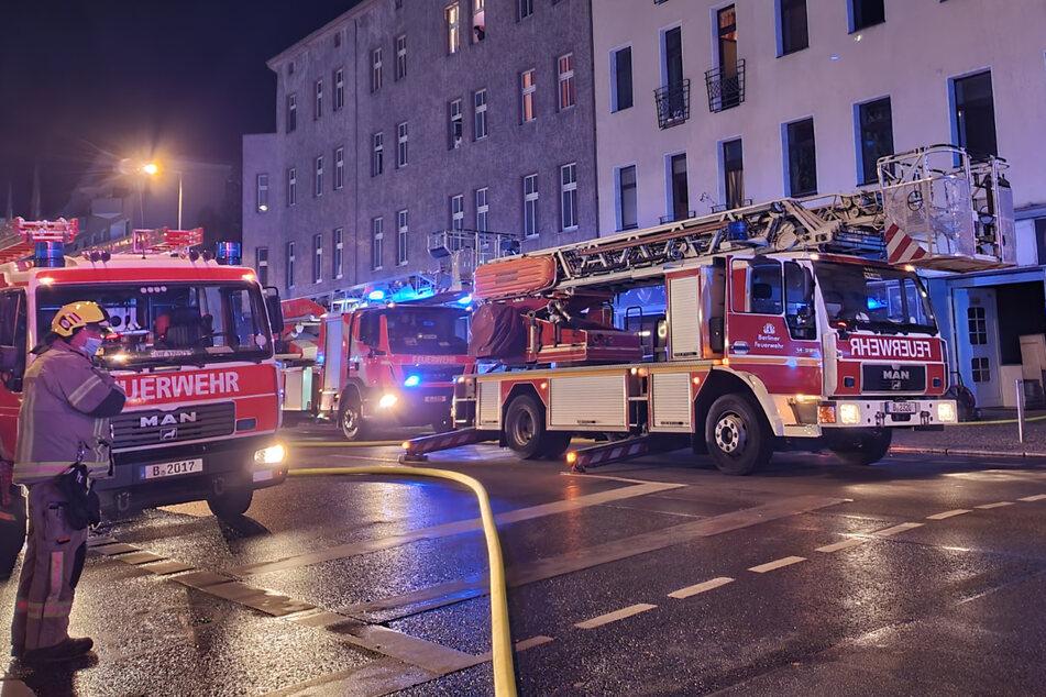 Die Feuerwehr musste insgesamt 14 Personen aus dem Wohnhaus retten.
