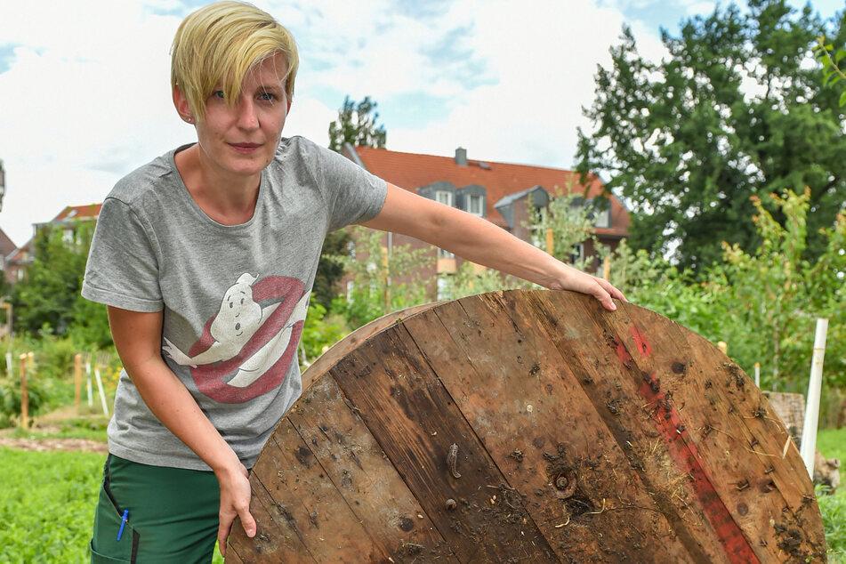 Elisa Baumgarten (34) zeigt ihre Brettfalle, unter der sich allerlei Schleimer angesammelt haben.