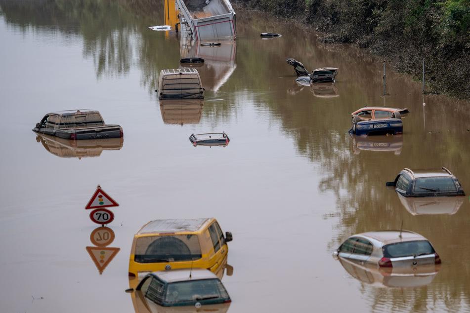 Nordrhein-Westfalen, Erftstadt: Autos stehen auf der überfluteten Bundesstraße 265 im Wasser.