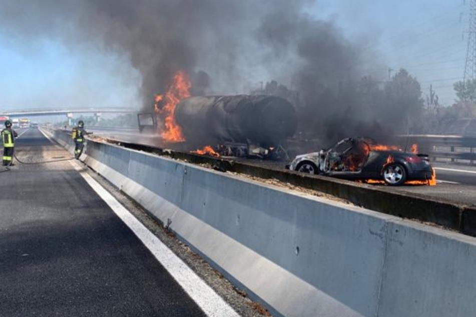 Piacenza: Ein brennender Tanklaster und ein Auto stehen auf der Autobahn A1 in Norditalien. Zwei Menschen sind bei dem schweren Verkehrsunfall ums Leben gekommen.