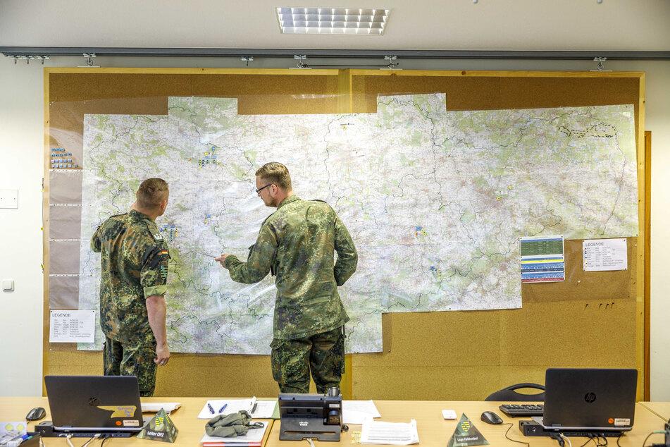 """Kartenstudium im """"Operationszentrum"""": In diesem Krisenstab werden die Hilfseinsätze koordiniert. Noch sind die Amtshilfe-Anfragen von zivilen Behörden sehr überschaubar."""