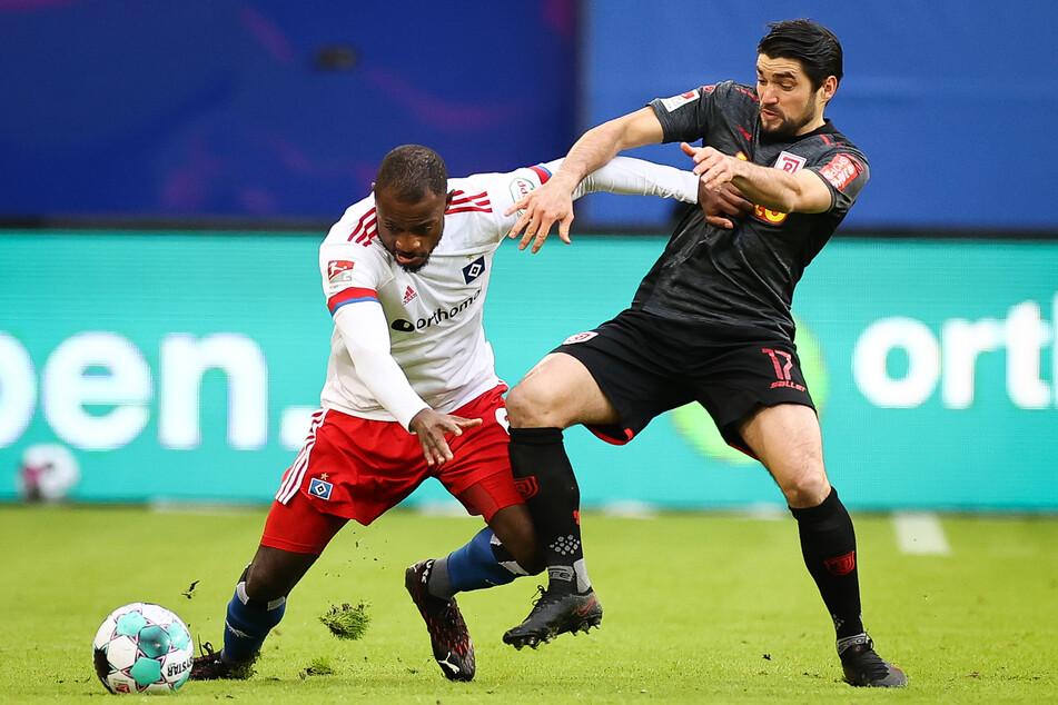 Mittelfeldmotor David Kinsombi (l.), hier im Zweikampf mit Regensburgs Oliver Hein, traf zum 1:0 für den HSV gegen den SSV Jahn Regensburg.