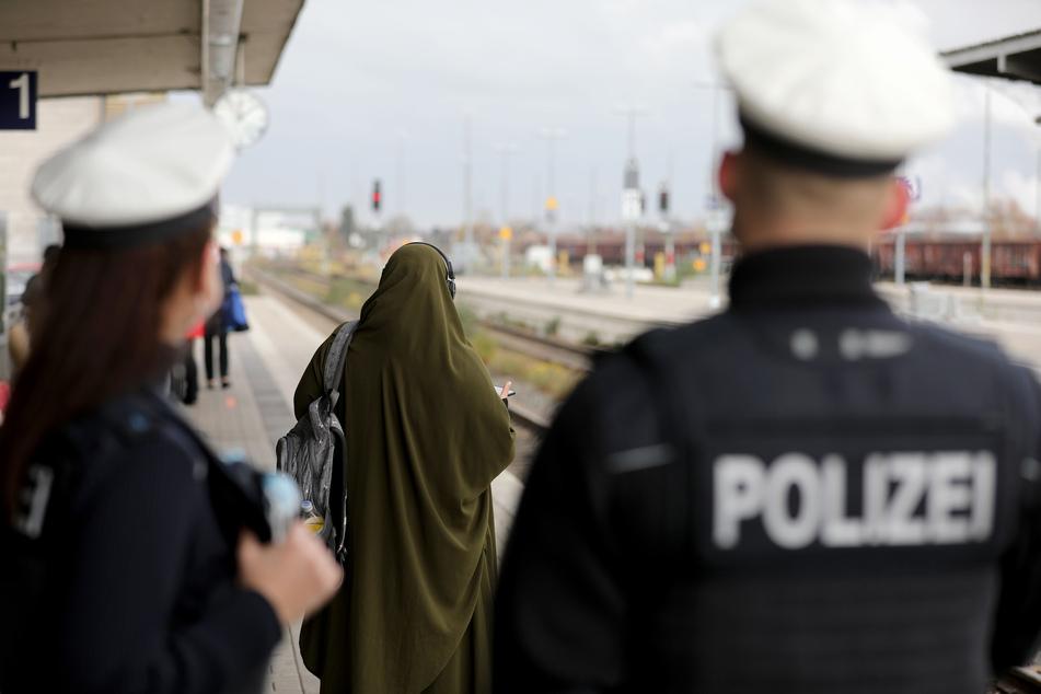 Seit August 2020 müssen Bahnreisende ohne Maske in Nordrhein-Westfalen mit einem Bußgeld von 150 Euro rechnen. (Symbolfoto)