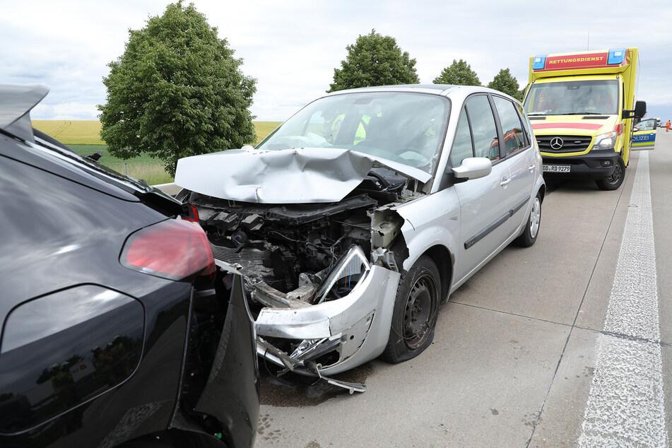 Der Renault sowie der Opel Corsa sind sichtlich vom Unfall gezeichnet.