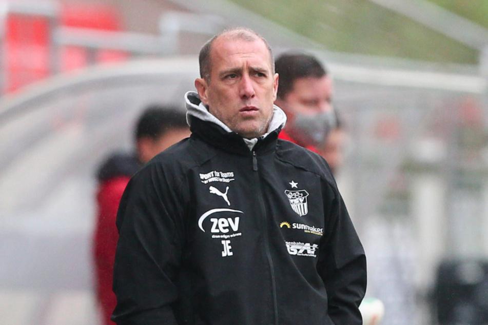 FSV-Trainer Joe Enochs musste nach der Roten Karte reagieren, hatte dabei aber nicht das glücklichste Händchen.