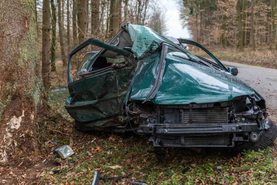 Schwerer Unfall: Auto kracht gegen Baum