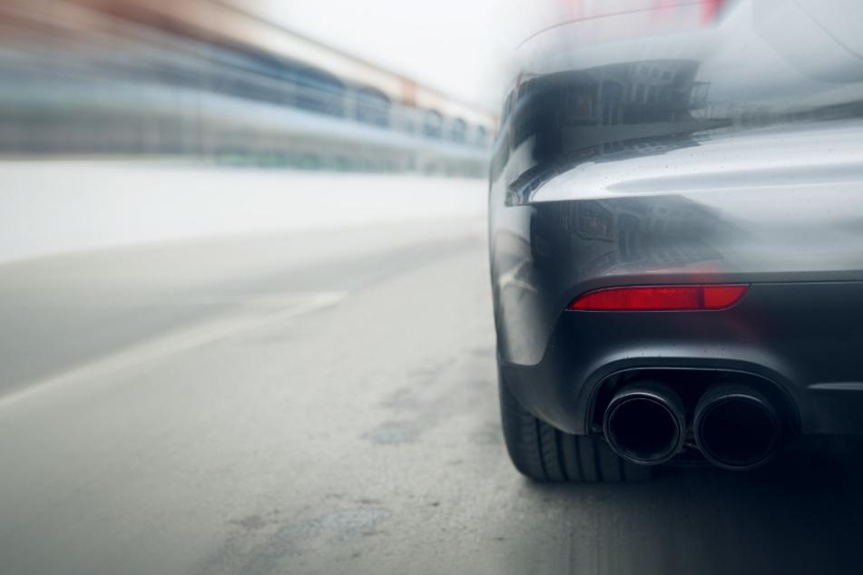 Illegales Auto-Rennen: Polizei beschlagnahmt PS-Monster