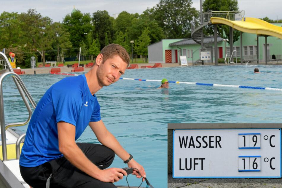 Im Arnhold-Bad misst Bademeister Stefan Heidel (33) die Wassertemperatur. Mit 19,1 Grad Celsius was das Wasser drei Grad wärmer als die Luft.