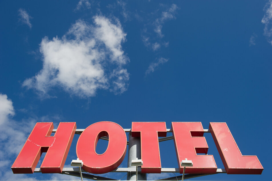 """Der Schriftzug """"Hotel"""" vor blauem Himmel."""