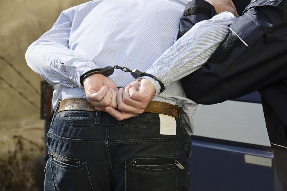 """Schließlich gelang es der Polizei, die Verlobungsfeier zu beenden und die """"Hauptaggressoren"""" aus der Essener Wohnung zu führen (Symbolbild)."""