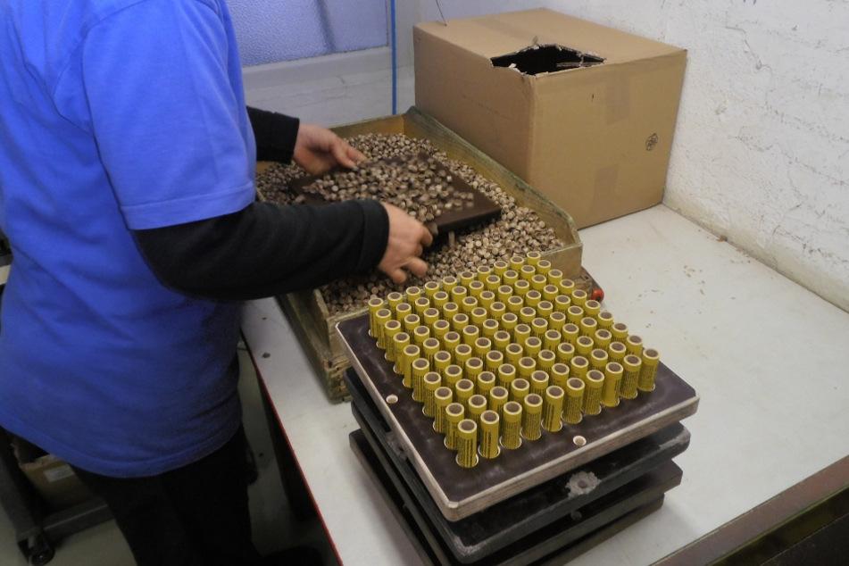 Im Weco-Werk Freiberg werden Kanonenschläge und Reibkopfknaller hergestellt - aber auch Tischfeuerwerk.