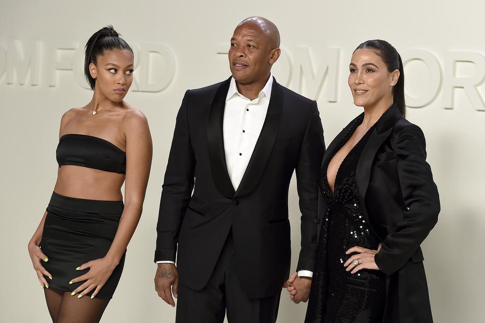 Dr. Dre (55, Mitte) besucht mit seiner Frau Nicole Young (rechts) und seiner Tochter Truly Young in den Milk Studios die Tom-Ford-Show.