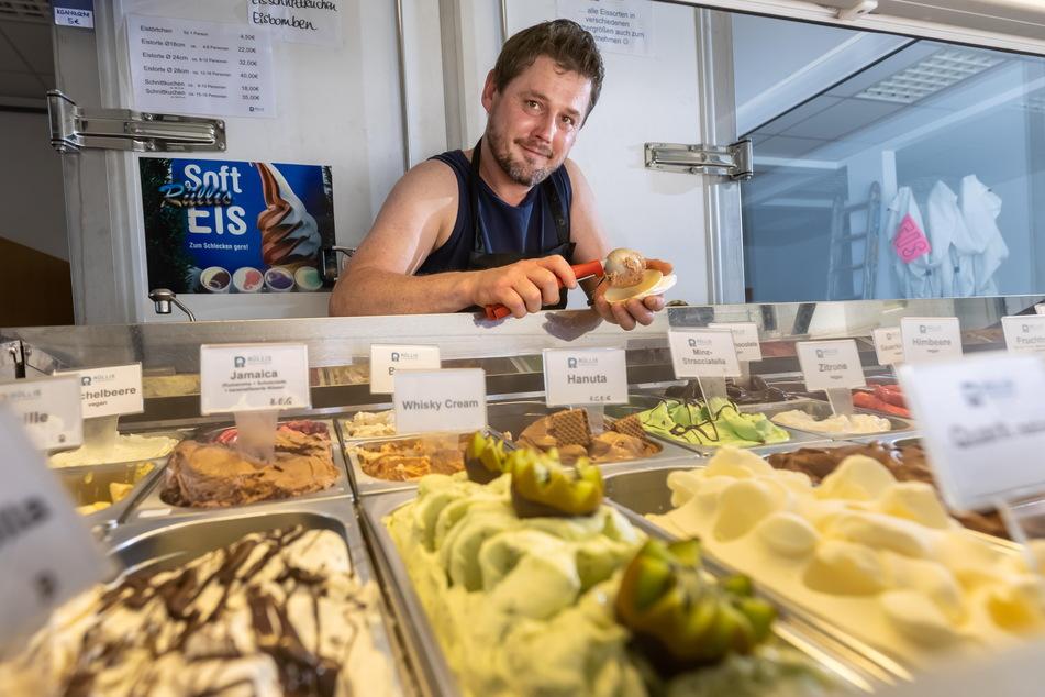 Peter Rülke (46) bietet in der Eis-Manufaktur Rüllis Kugeln mit Kiwi-Geschmack an.