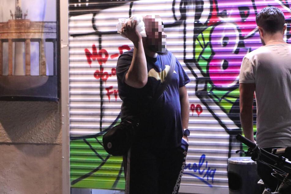 Ein Mann wurde am Sonntagabend bei einer Auseinandersetzung in Berlin-Kreuzberg am Kopf verletzt.
