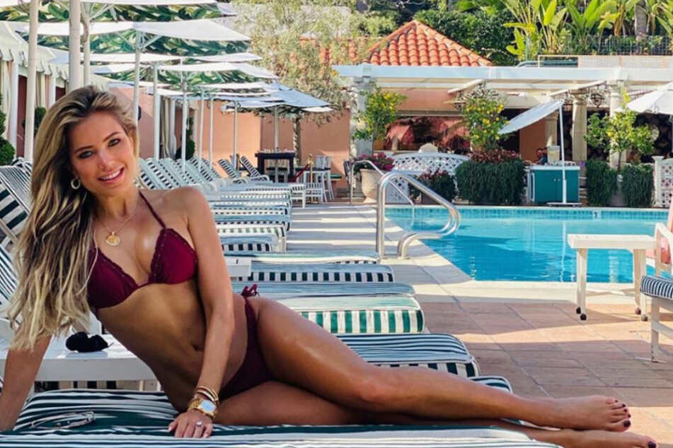 Im bordeauxroten Bikini raubt Sylvie Meis ihren Fans den Verstand.