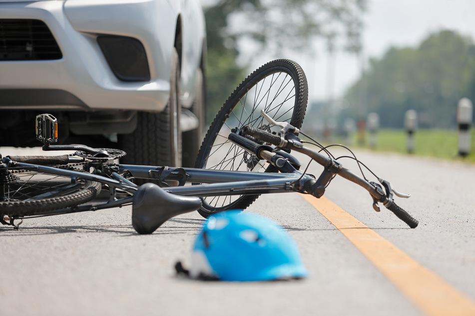 In Köln ist am Mittwochnachmittag ein Radfahrer (58) in Köln-Widdersdorf von einer Autofahrerin (56) erfasst und schwer verletzt worden. (Symbolbild)