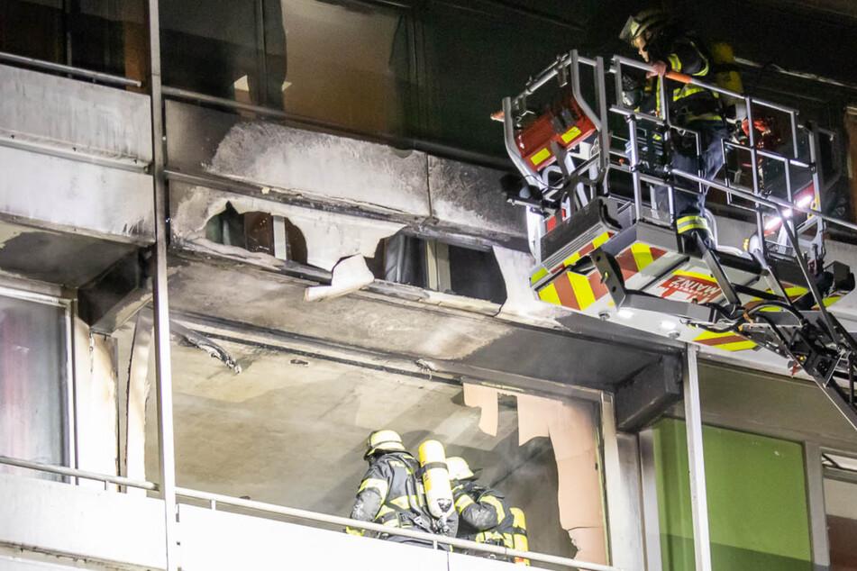 Durch das Feuer sind jetzt 42 Wohnungen in dem Hochhaus unbewohnbar.