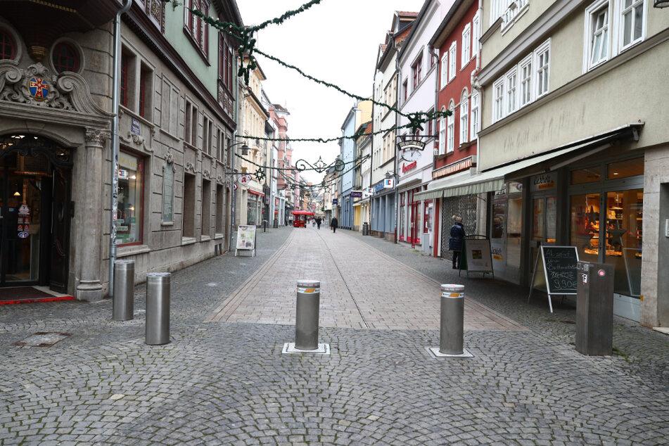 Die Thüringer Innenstädte sind fast menschenleer: Aufgrund der weiterhin hohen Infektionszahlen werden solche Bilder wie aus einer Fußgängerzone in Eisenach wohl noch etwas länger zum Alltag gehören.