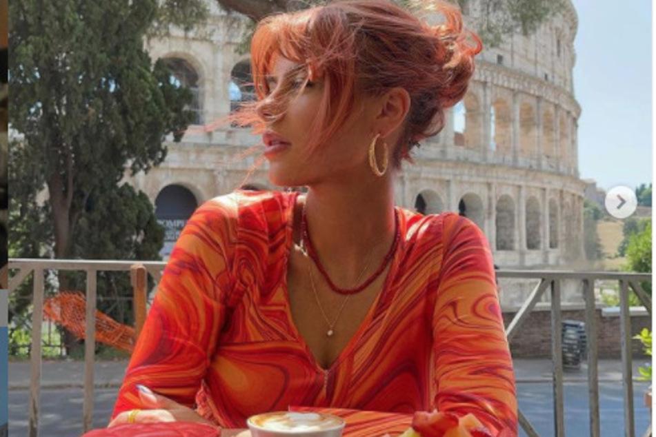 Romina sitzt vor dem Kolosseum: Den Italien-Trip bekam die 22-Jährige von ihrem Liebsten zum Geburtstag geschenkt.