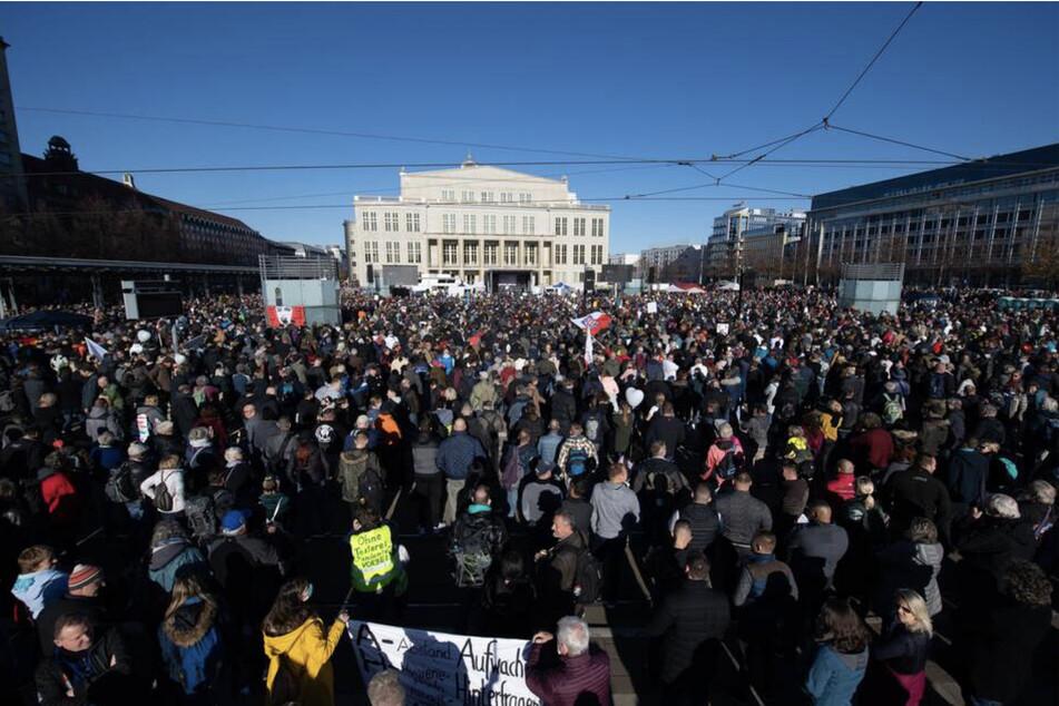 """Anfang November hatten mehr als 20.000 Menschen an einer Demonstration der """"Querdenken""""-Bewegung gegen die Corona-Maßnahmen in Leipzig teilgenommen. Am Samstag soll es wegen dem Demogeschehen abermals zu einem Großeinsatz der Polizei kommen."""