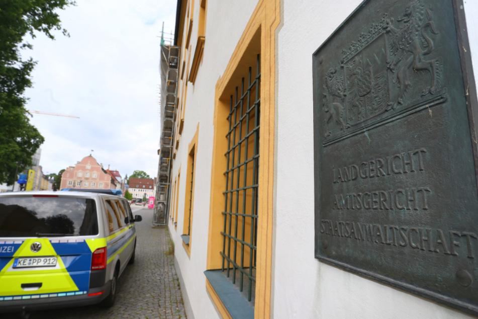 Ein Polizeiauto steht vor dem Land- und Amtsgericht.