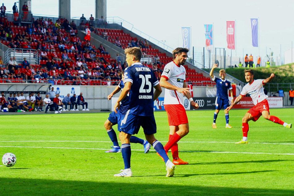 Felix Drinkuth (r.) brachte den FSV Zwickau mit diesem Schuss mit 1:0 in Führung.