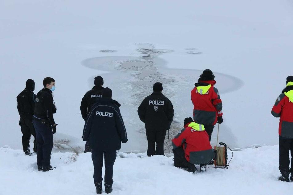 Polizei, Rettungsdienst und Taucher waren am Montagnachmittag am Bagger Thekla im Einsatz, konnten aber keine verunfallte Person feststellen.