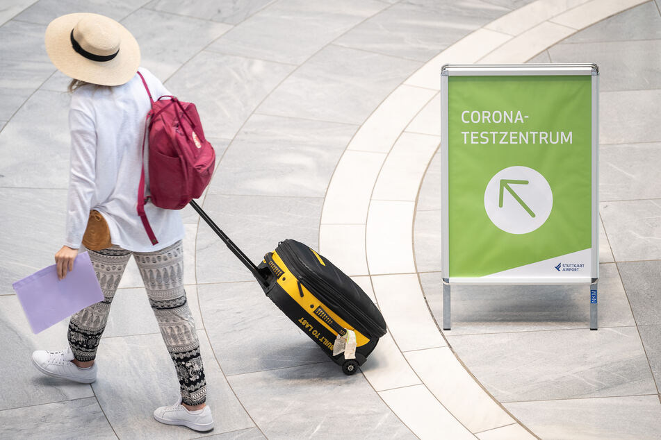 """""""Corona-Testzentrum"""" steht auf einem Schild am Stuttgarter Flughafen. Einreisende aus internationalen Corona-Risikogebieten müssen sich vom 08.08.2020 an bei der Rückkehr nach Deutschland auf das Virus testen lassen."""