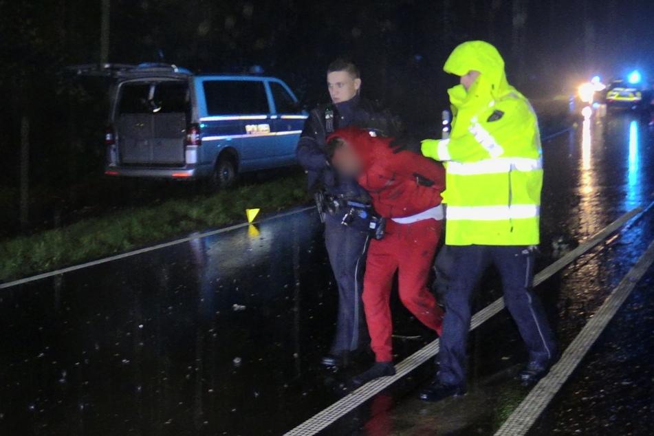 Der verletzte Tatverdächtige wurde festgenommen und zur Behandlung in ein Krankenhaus gebracht.