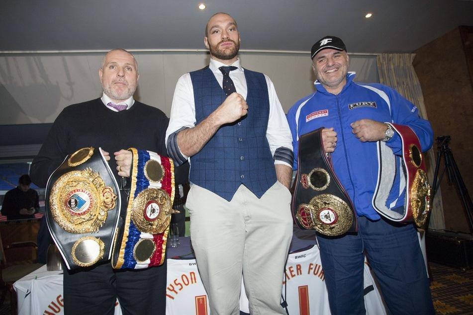 Schwergewicht Tyson Fury (33, M.) zusammen mit seinem Papa John (57, r.) und seinem Onkel Peter.
