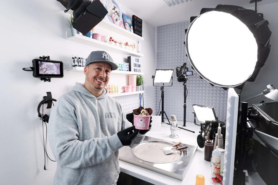 Gil Grobe (40) zeigt in seinem Studio eine Brownie & Oreo Eiskreation.
