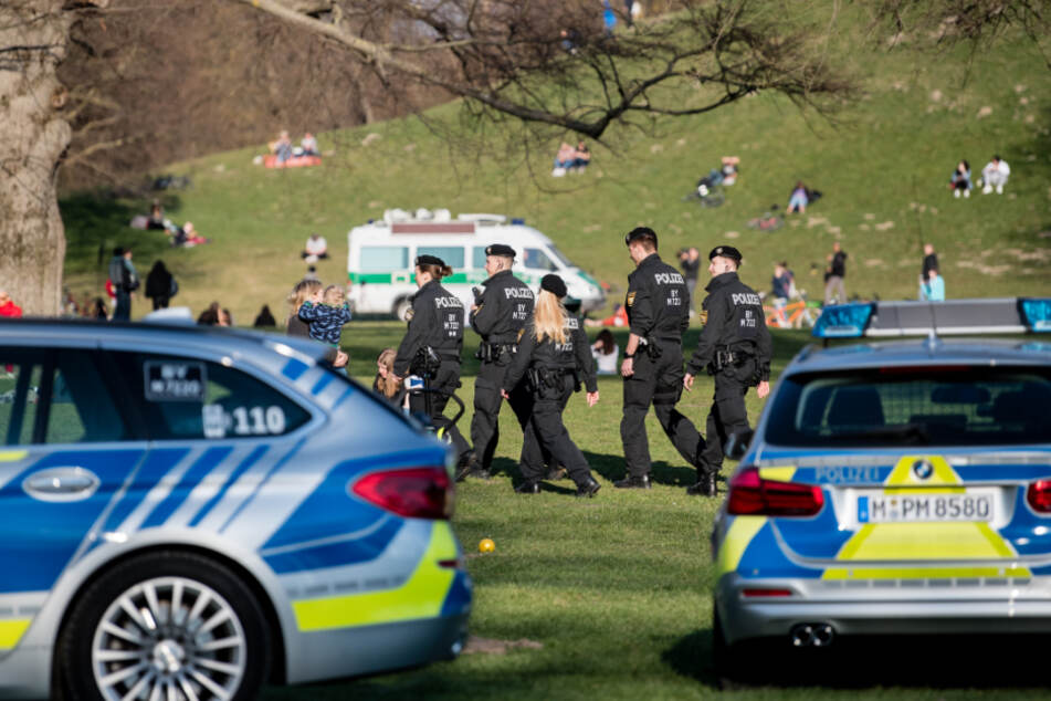 Polizisten patrouillieren durch den Englischen Garten.