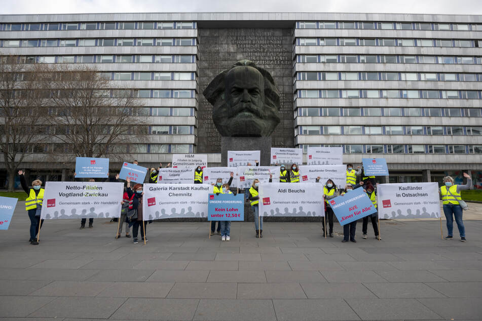 Am Donnerstag demonstrierten Beschäftige des Einzel- und Versandhandels am Chemnitzer Marx-Monument.