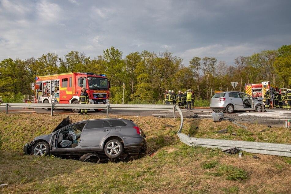 Ein Auto blieb im Graben liegen, das andere Auto stand nach dem Unfall auf der L33.