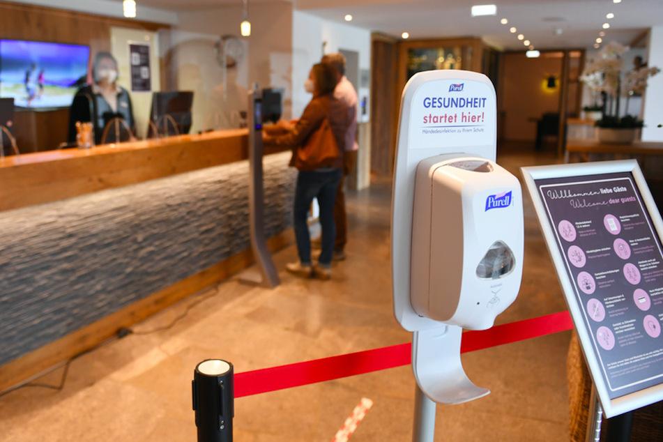 Ein Spender mit Desinfektionsmittel steht am Eingang eines Hotels. Seit Mittwoch dürfen Hotels in Bayern wieder für Gäste öffnen.