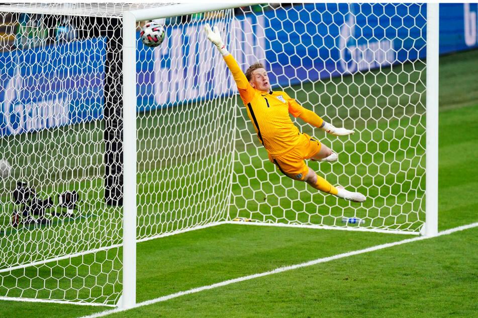 ...und schießt ihn zum 1:0 für Dänemark ins Netz. Englands Keeper Jordan Pickford ist erstmals bei diesem Turnier geschlagen.