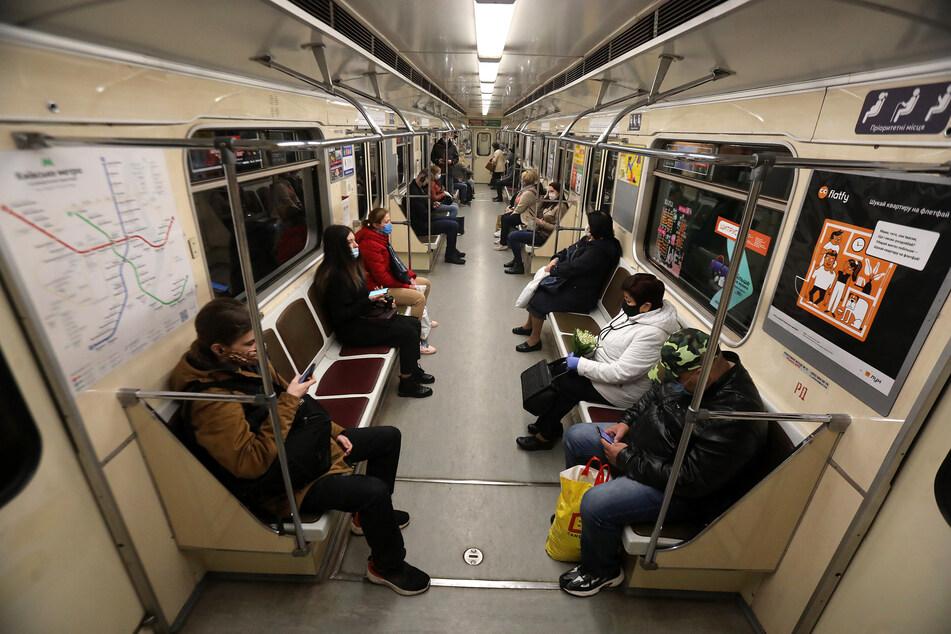 Seit der vergangenen Woche fahren wieder U-Bahnen in Kiew (Ukraine). Flugzeuge könnten in zwei Wochen wieder starten.