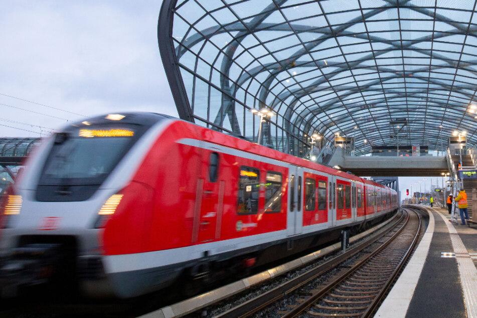 Bahnen, Busse und Fähren sollen auch während des Teil-Lockdowns in Hamburg weiterfahren. (Archivbild)