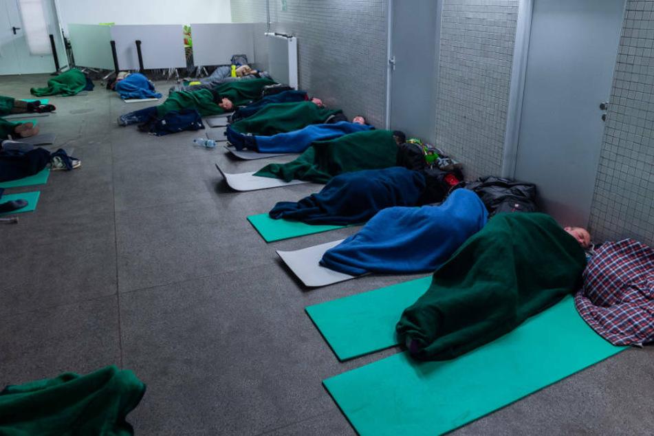 Mittlerweile wurden die Schlafmatten in der B-Ebene am Eschenheimer Tor im Zwei-Meter-Abstand ausgebreitet.