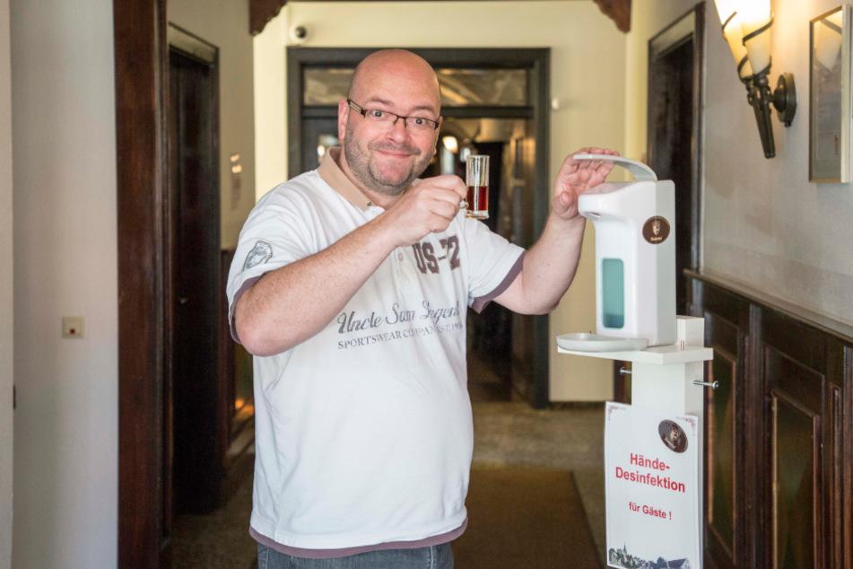 Echte Schnapsidee! Gastwirt serviert Klosterbruder im Desinfektionsspender