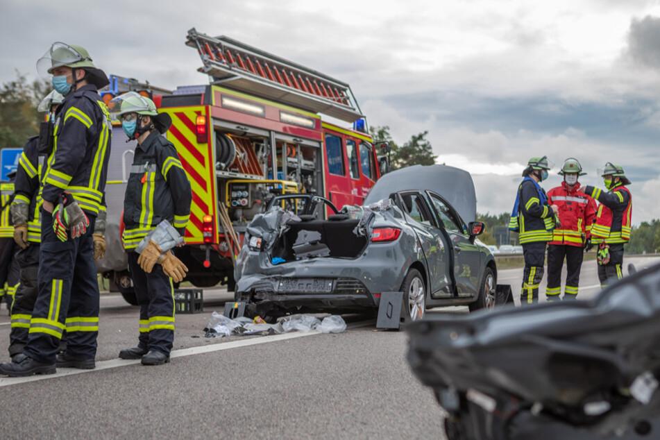 Die Frau musste mit schweren Verletzungen schonend aus ihrem Autowrack befreit werden.