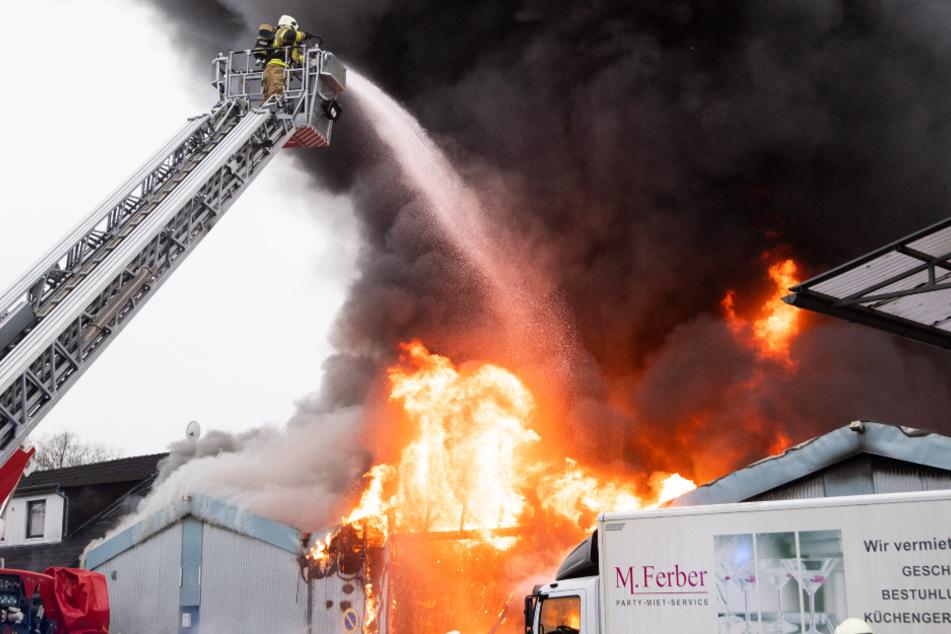 Brandkatastrophe in Lagerhalle: Feuerwehr im Großeinsatz