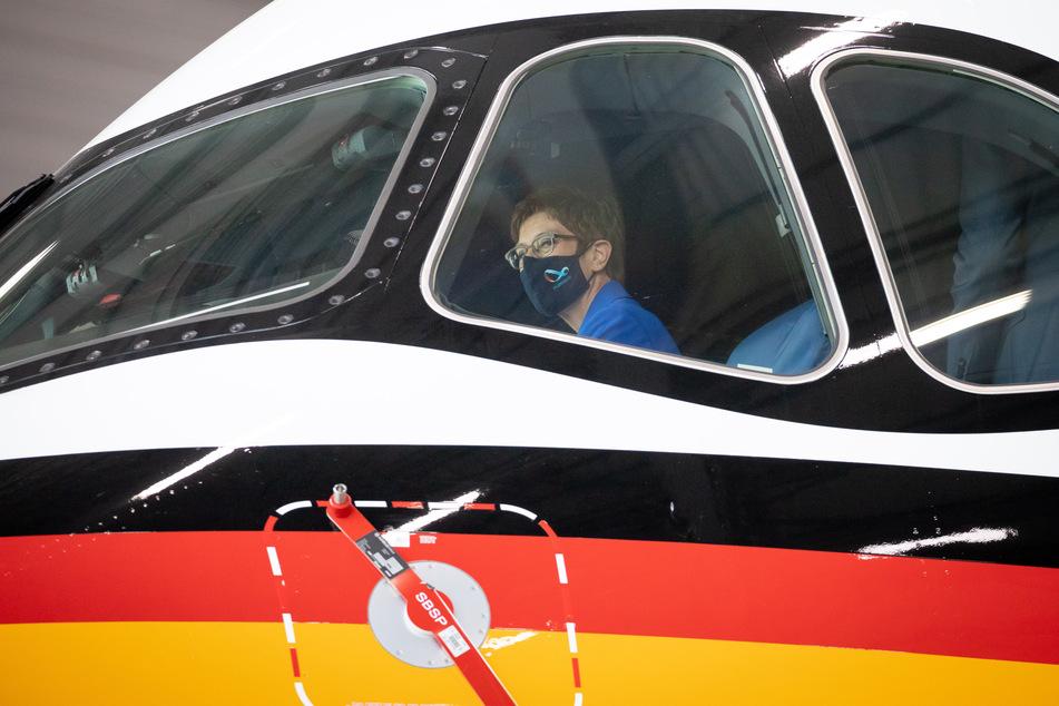 Annegret Kramp-Karrenbauer (CDU), Verteidigungsministerin, sitzt auf dem Pilotensitz im Cockpit des neuen Airbus A350.