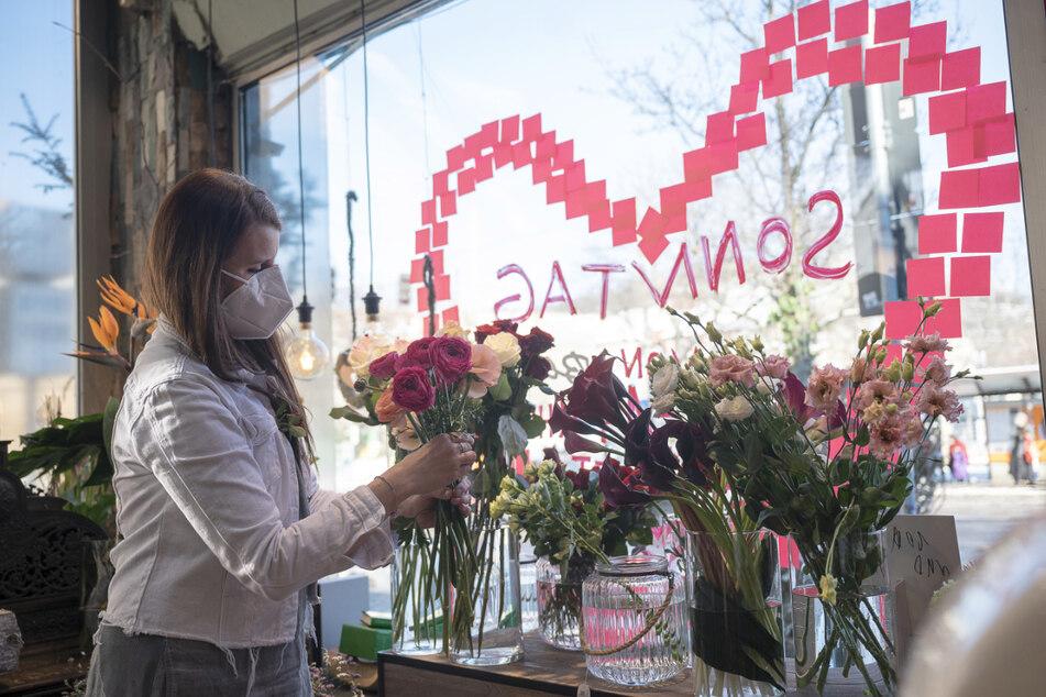 Eine Floristin bindet einen Blumenstrauß. Am 14. Februar ist Valentinstag. Singles können diesen Tag mit der Kirche begehen.