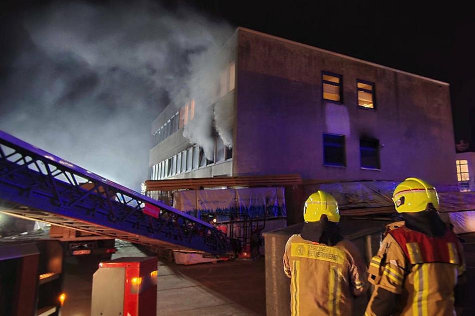 In Berlin-Neukölln musste die Feuerwehr einen Brand in einem Bürogebäude löschen.