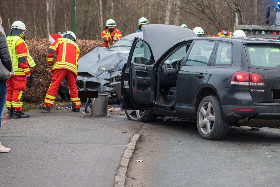 Heftiger Unfall im Kurvenbereich: VW gerät in Gegenverkehr, zwei Verletzte