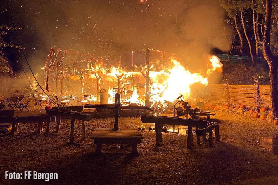 Die Einsatzkräfte der Feuerwehr konnten das Haus nicht mehr vor dem Abbrennen retten.