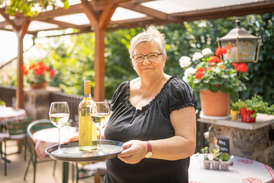 Die Weinbergbaude ist berühmt für ihren Traumblick über die Stadt. Bei Monika Wolfermann (67) gibt's deftige Kost und sächsische Weine.