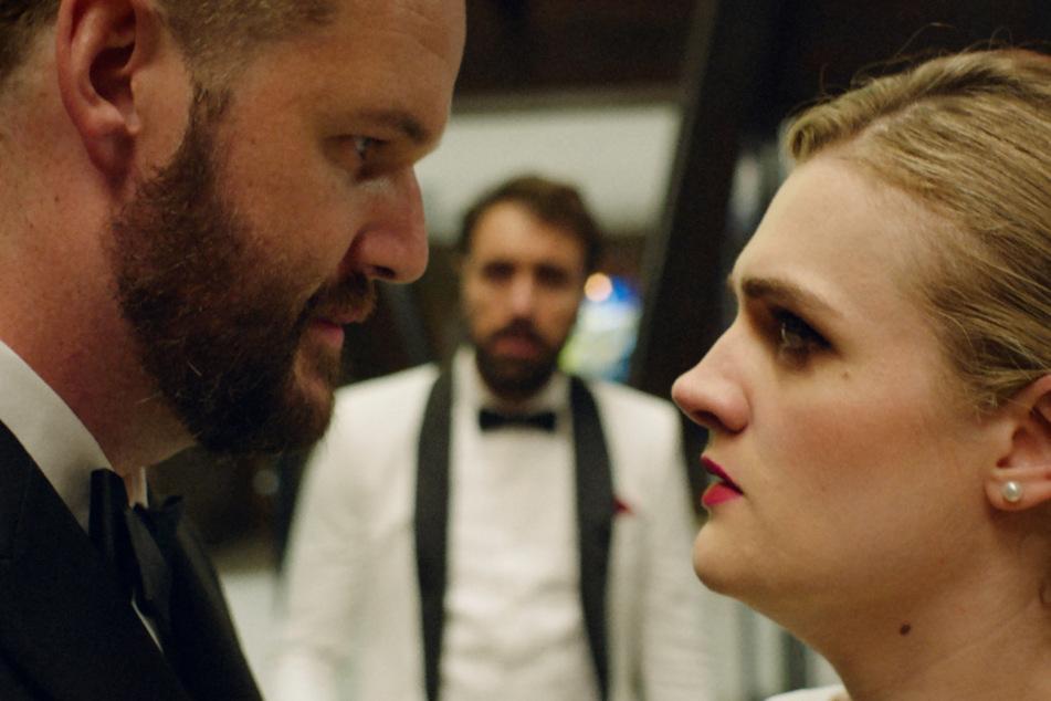 Kyle (l., Kyle Marvin) sehnt sich nach Liebe und heiratet seine Jugendfreundin Marissa (r., Gayle Rankin), die ihn einst verließ, weshalb Mike (M., Michael Angelo Covino) sie nicht gerade als gute Partie für ihn ansieht.