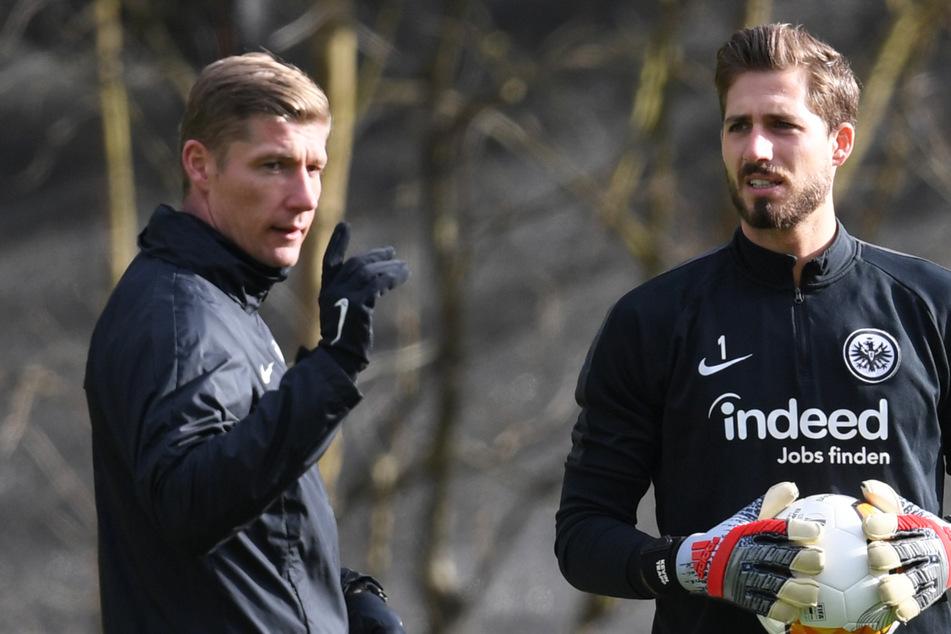 Torwarttrainer Jan Zimmermann (35, l.) und Torwart Kevin Trapp (30) nehmen am Training von Eintracht Frankfurt teil.